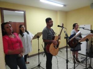 Grupo de louvor que animou a missa com Nossa Senhora Aparecida Peregrina