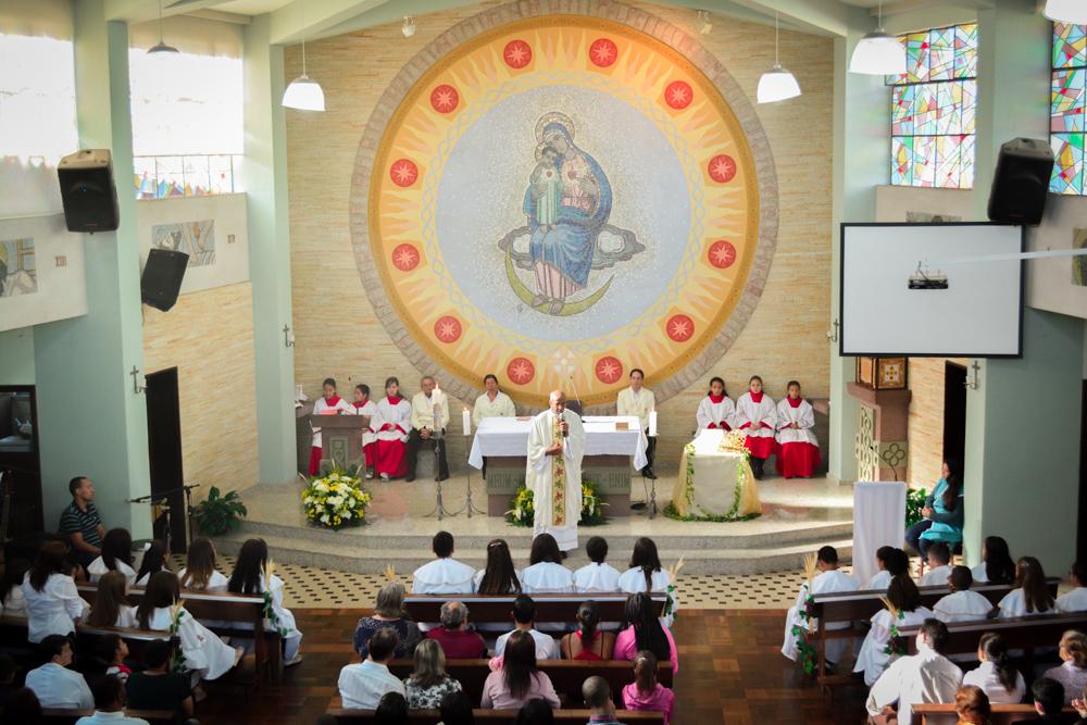 O altar da comunidade tendo ao fundo uma representação da imagem de Nossa Senhora Mãe do Divino Amor