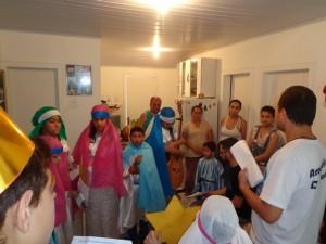 estidas como reis magos, elas visitaram as casas da comunidade para abençoar as casas, rezar e cantar motivando as famílias visitadas a se preparem para a chegada de Nosso Senhor Jesus Cristo